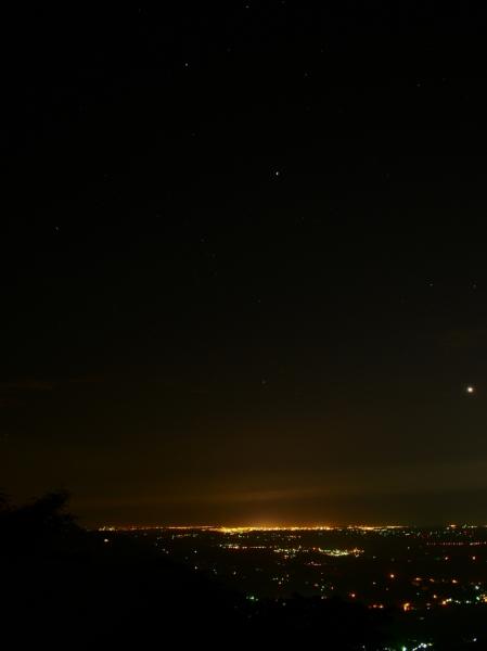 ...那顆亮成一團的是金星