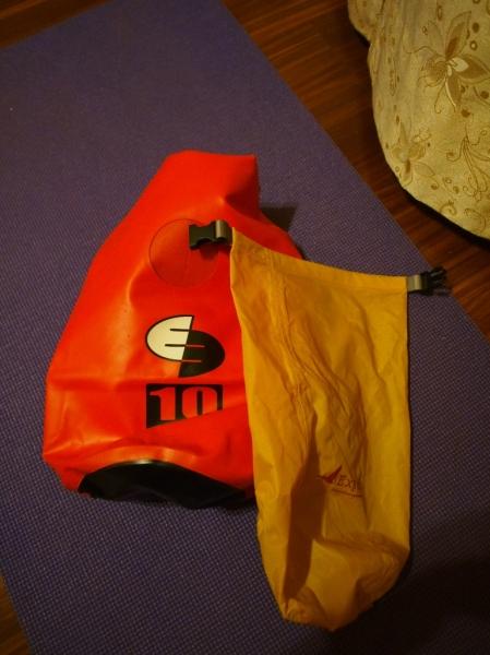 防水袋,右邊的是內袋
